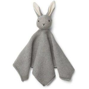 Les adorables doudous Liewood sontdoux, mignons et parfaits pour câliner et jouer en même temps. Ce magnifique Lapingris joliment tricoté deviendra instantanément l'un des préférés de la famille.