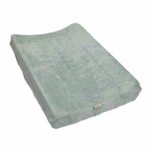 Housse pour coussin à langer (67 x 44 cm) Notre housse pour coussin à langer en éponge bambou 60% plus absorbant que le coton est la couche idéale pour prendre soin de votre bébé. La housse est prévue d'une élastique et s'ajuste facilement au coussin à langer, complètement entourant les coins du coussin. Mesures: 67 x 44 cm – pour coussin avec ±10 cm d'épaisseur Composition éponge bambou: 90% bambou - 10% polyester Oekotex Label 100 Conseil de lavage: programme pour linge délicat à 40°C au maximum, afin d'éviter le rétrécissement. Sèche-linge permis, mais seulement à température basse. Bambou est très absorbant. Les assouplissants obstruent les pores du bambou, réduisant les capacités d'absorption. Repassage à température basse est permis.