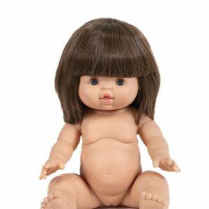 Chloé, poupée exclusive Minikane®. – 34cm – Cheveux coiffés avec frange – Yeux bleus/gris Poupée en vinyle et parfumée à la vanille.